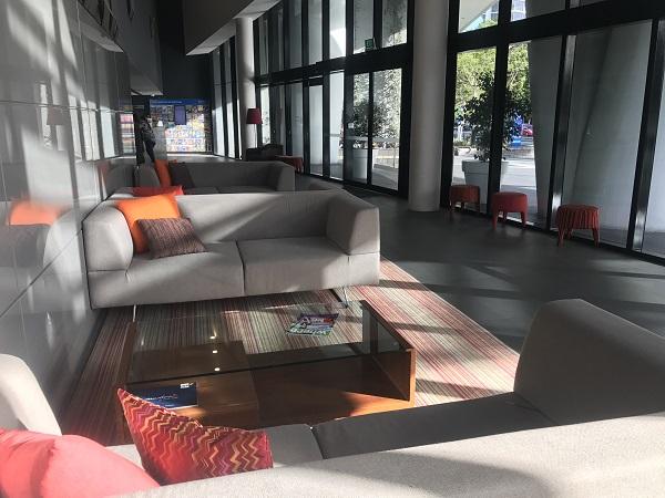 サークルオンカビルのロビー横のソファ