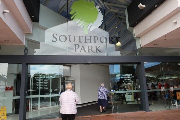 バス停「Ferry Rd at The Southport School」を降りて3分ほどにある「サウスポートパークショッピングセンター」