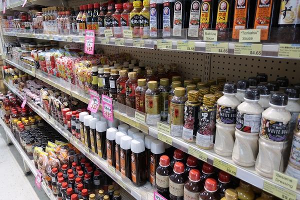 フジマート店内(醤油やソースなど