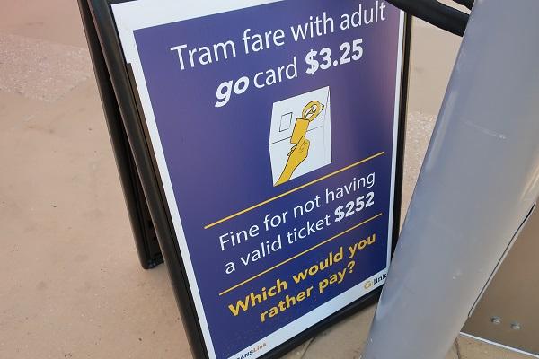 タッチしないと(無賃乗車)罰金$252(約2万円)と書かれた看板