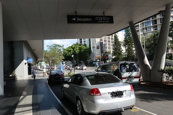 玄関前がホテル用の車道(driveway)になっている写真