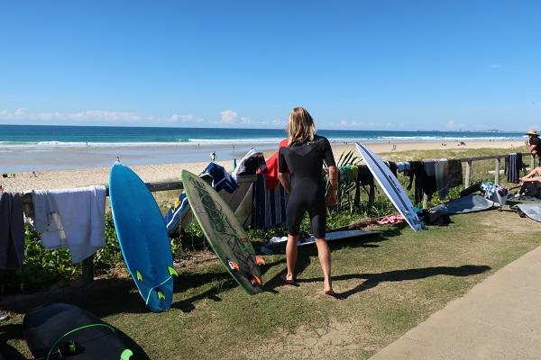 サーファーと青い海と青い空